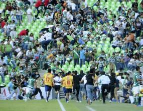 Мъж стреля по полицаи пред стадион в Мексико (видео)