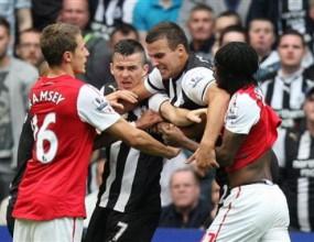 Арсенал и Нюкасъл глобени с по 30 000 паунда за инциденти в мача помежду им