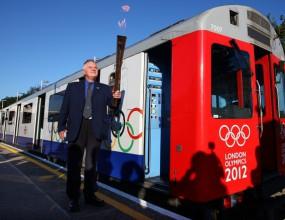 Олимпийският огън пътува в метрото в Лондон