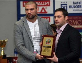 Иван Ценов награждава Тервел Пулев