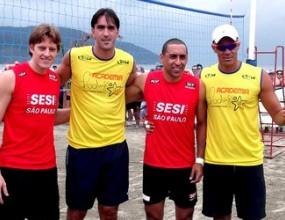 Родригао играе на плажа заедно с Мурильо и Сержио в Сонтос