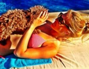 Бар Рафаели се гушка с пудел на плажа (снимки)