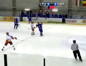 Нерви на леда! Литовски хокеист уцели съдия със стика си (видео)