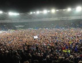 Вижте как феновете на Кардиф Сити отпразнуваха историческия успех (видео)