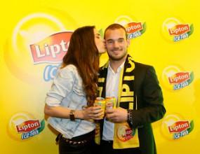 Уесли Снайдер и красивата му съпруга в турска реклама (видео)