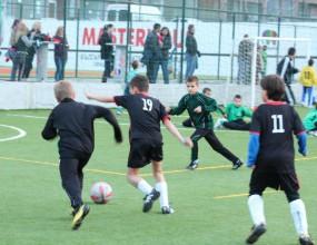 Малки футболисти се включват в голямото съботно почистване