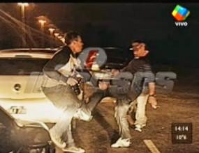 Марадона пак откачи - рита журналист и хвърля камъни (видео)