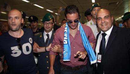 Фанатично посрещане за Игуаин в Италия (видео)