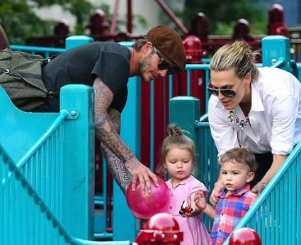 Бекъм и Моли Симс разхождат децата в парка (снимки)