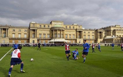Бъкингамският дворец за първи път бе домакин на футболен мач