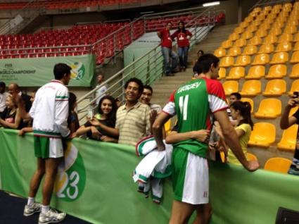 Националите до 23 години се радват на вниманието на феновете в Бразилия