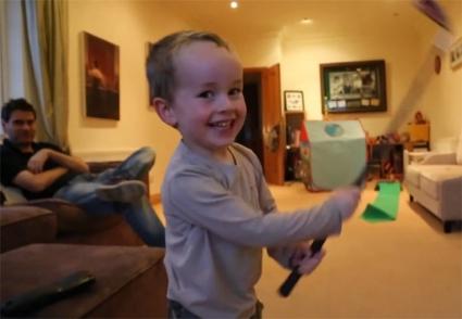 3-годишен изумява с уменията си (видео)