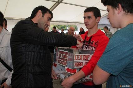 Футболистите на ЦСКА събират пари за хореография, Стойчо дал 15 лева
