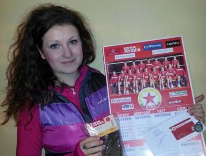 Момичето, което живее за ЦСКА, получи подарък от волейболните армейци