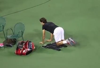 Федерер загрява с чупки в кръста (видео)