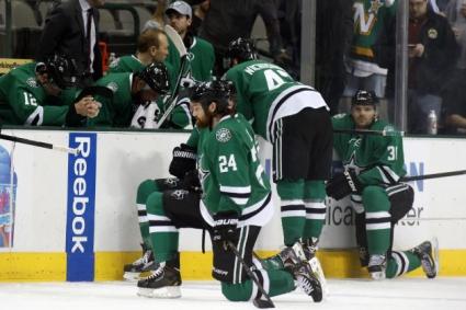 Хокеист колабира по време на мач от НХЛ