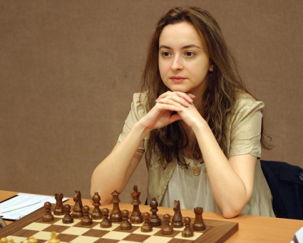 Стефанова завърши реми със световната шампионка Хоу Ифан