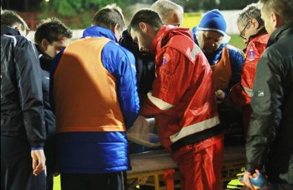 Счупен крак на футболист и 17 ранени фенове след дерби в Хърватия
