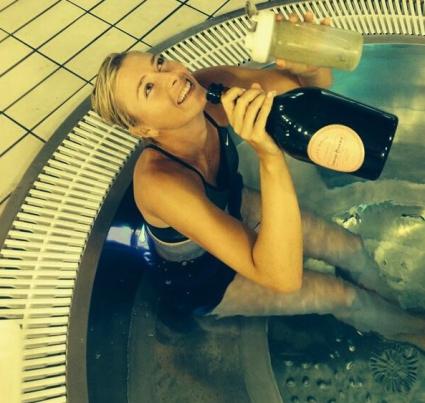 Маша Шарапова празнува с шампанско и ледена вана