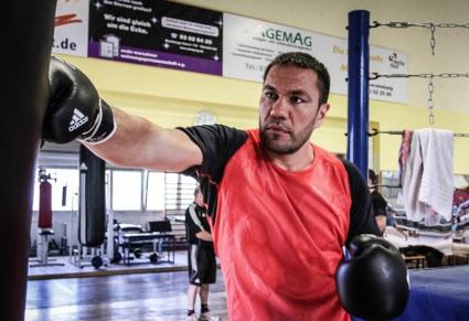 Двуметров британец тренира с Кобрата