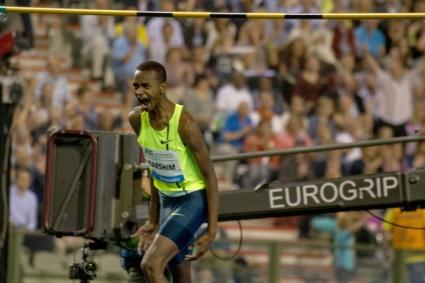 Феноменален Баршим скочи 2.43 м и докосна световния рекорд (видео)