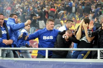 Гардове пребиха фенове в Букурещ (видео)