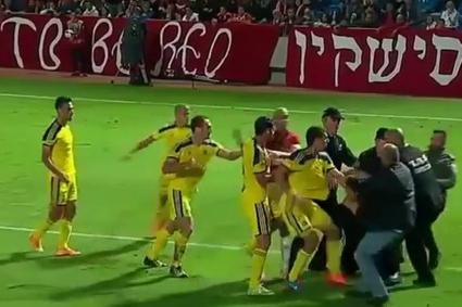 Футболисти и фенове се млатиха по време на дербито на Тел Авив (ВИДЕО + ГАЛЕРИЯ)