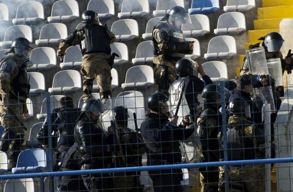 112 ранени полицаи при меле на мач в Берлин
