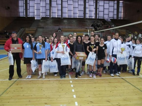 """Девойките на Етрополе спечелиха юбилейния 10-и турнир за Купа """"3 март"""" в Севлиево"""