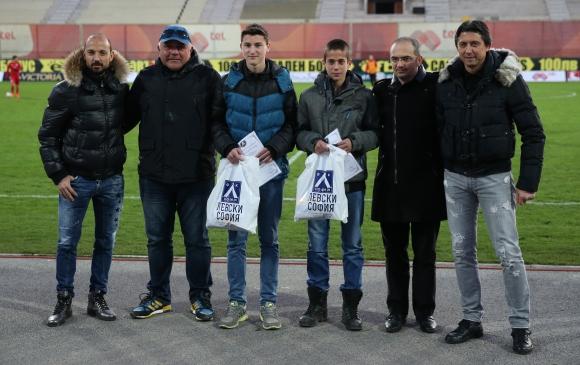 Наградиха юноши на Левски за храбра проява (видео)