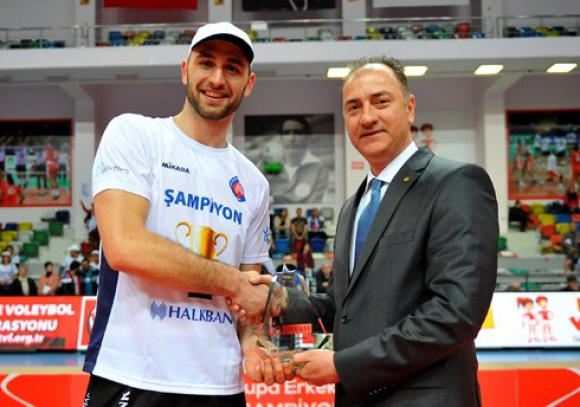 Цецо Соколов с 15 точки и MVP! Халкбанк грабна Купата на Турция след 3:0 над Аркас