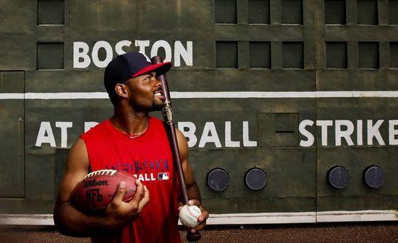 Отрязан от НФЛ се пробва в Бостън Ред Сокс