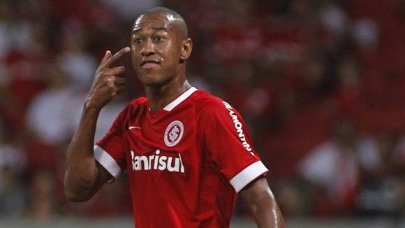 Бразилски защитник размаха средни пръсти на феновете на собствения си отбор (видео)