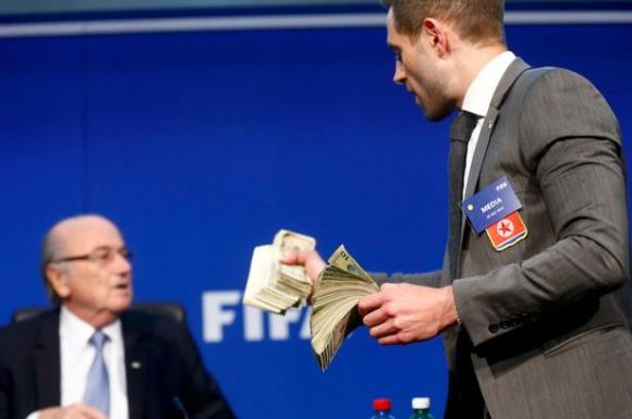 Замериха Блатер с фалшиви банкноти преди пресконференцията на ФИФА (видео)