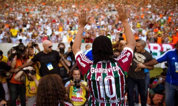 """45 000 фенове посрещнаха Роналдиньо на """"Маракана"""" (видео)"""