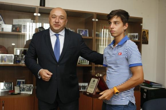 Красен Кралев награди шампиона от Тбилиси Адриан Андреев