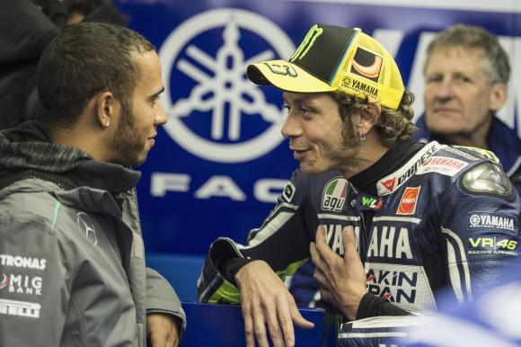 Роси дава на Хамилтън да тества мотоциклета му от MotoGP