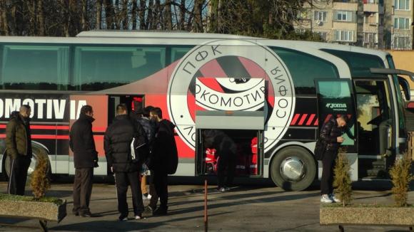 """Тим от """"В"""" група купува автобуса на Локо (Сф)"""