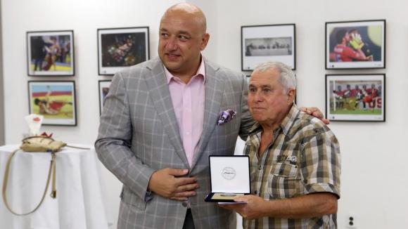 Министър Кралев награди спортния фотограф Янко Гъров