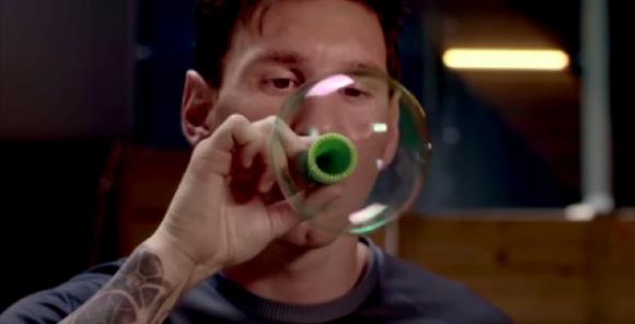 Меси жонглира с балончета от пяна (видео)