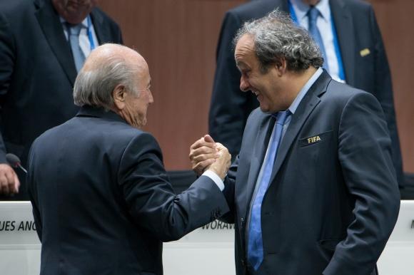 Платини обясни забавянето на милионите с финансови проблеми във ФИФА