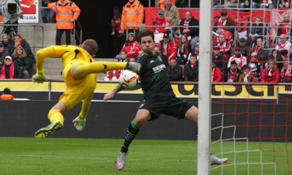 Наказват футболиста със скандалния гол в Бундеслигата