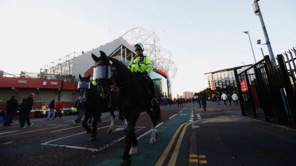 Полицията в Манчестър на крак - 100 000 привърженици смущават органите на реда