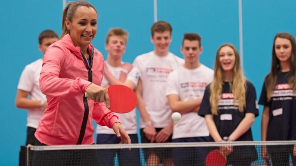 Енис-Хил вдъхновява младежите да спортуват с тенис на маса