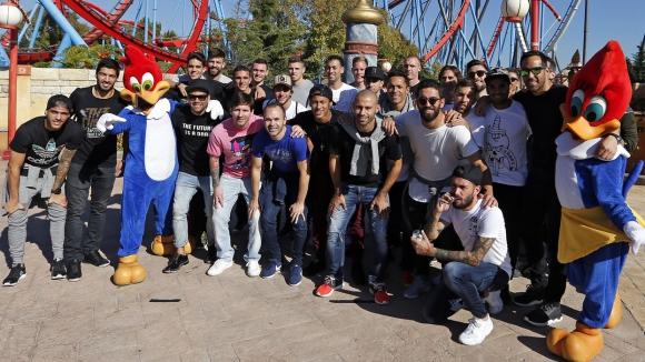 Играчите на Барса се забавляваха в увеселителен парк (снимки)