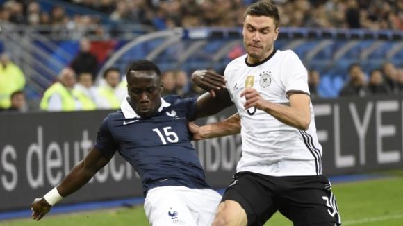 Франция наби Германия с голове на двамата си тарани, терор извън стадиона (чуйте бомбата!)
