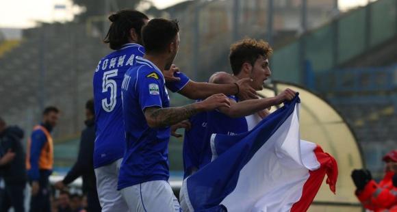 Италиански футболист вкара гол и целуна френското знаме (видео + снимки)