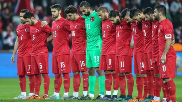 Феновете на Турция оскверниха минутата мълчание в памет на жертвите от Париж (видео)