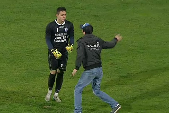 Фен нападна вратар по време на мач в Румъния