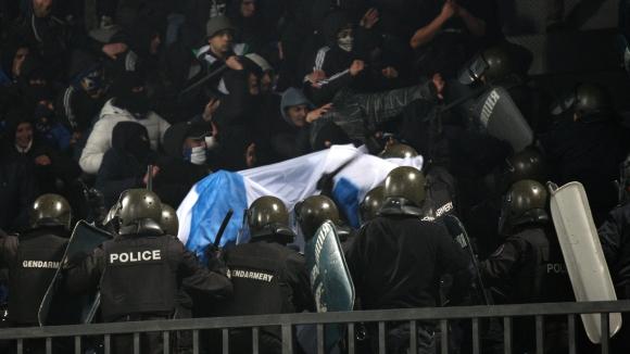 """Бой между полицията и фенове на Левски, """"сините"""" ултраси чупят прозорци (видео)"""